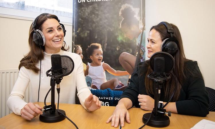 Công nương Kate Middleton (trái) trong buổi phỏng vấn vớiHappy Mum, Happy Baby hôm 14/2. Ảnh: Cung điện Kensington.