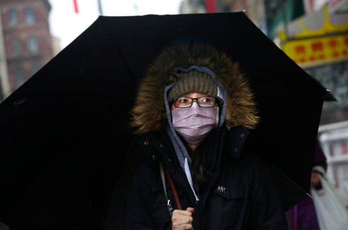 Một phụ nữ gốc Á đeo khẩu trang ở khu Chinatown, New York, Mỹ hôm 13/2. Ảnh: Reuters