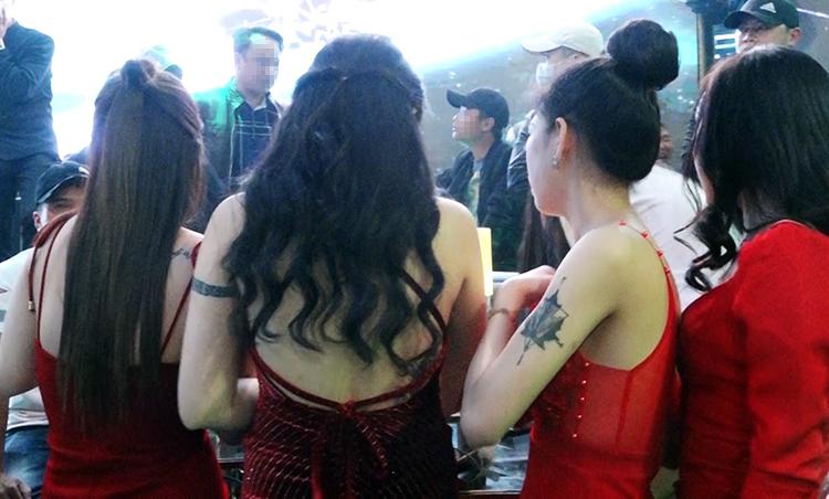 Trong gần 300 khách tại barcó nhiều nữ. Ảnh: Khánh Hương.