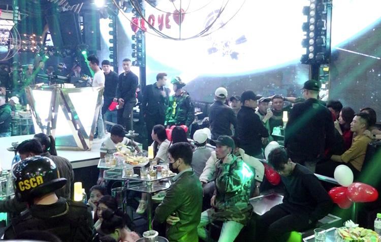 Một góc quán bar khi cảnh sát ập vào kiểm tra. Ảnh: Khánh Hương.