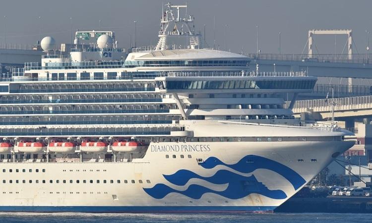 Du thuyền Diamond Princess neo đậu tại cảng Yokohama, Nhật Bản hôm 13/2. Ảnh: AFP.