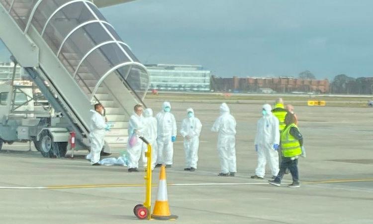 Một số người mặc đồ bảo hộ tại sân bay Heathrowhôm qua. Ảnh: Mirror.