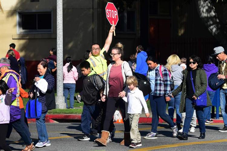 Phụ huynh đón con đi học về ở một trường học khu Alhambra, quận Los Angeles, bang California, Mỹ, hôm 4/2. Ảnh:AFP