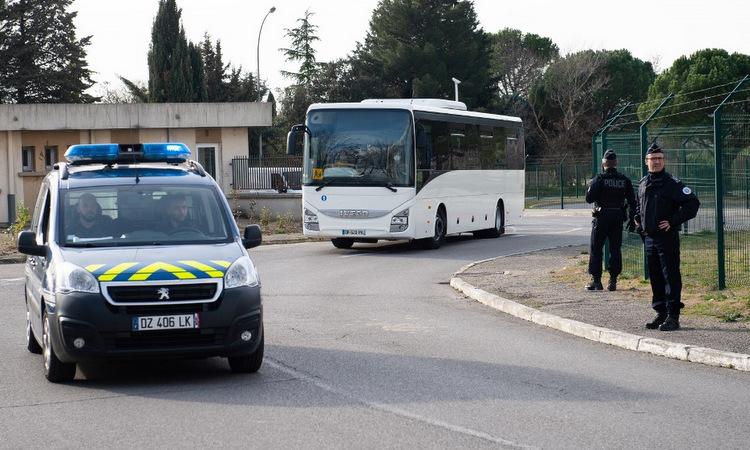 Đoàn xe đưa người tới địa điểm cách ly tại Pháp hôm 9/2. Ảnh:AFP.
