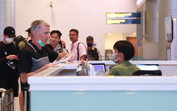 Công an cửa khẩu kiểm tra hộ chiếu khách nhập cảnh tại sân bay quốc tế Đà Nẵng. Ảnh: Nguyễn Đông.