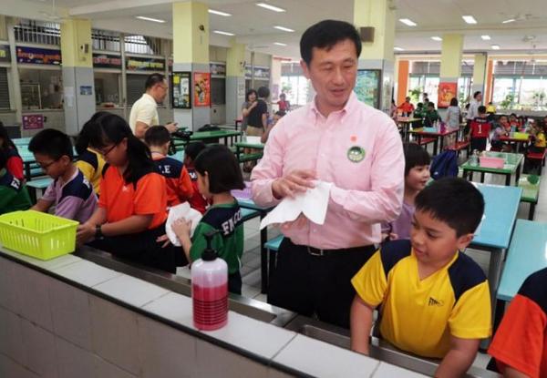 Bộ trưởng bộ Giáo dục Singapore, Ong Ye Kung rửa tay cùng học sinh lớp ba trường tiểu học First Toa Payoh vào ngày 14/2. Ảnh: Kelvin Chng.