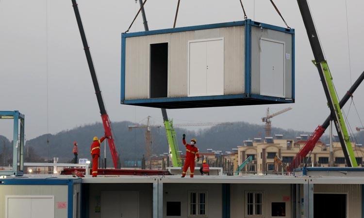Các công nhân tại công trường xây bệnh viện Hỏa Thần Sơn ở Vũ Hán, Trung Quốc hôm 30/1. Ảnh: Reuters.