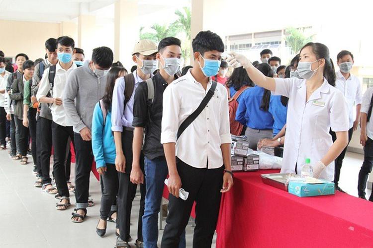 Đại học Sư phạm Kỹ thuật Vĩnh Long tổ chức đo thân nhiệt cho sinh viên. Ảnh: Đại học Sư phạm Kỹ thuật Vĩnh Long.