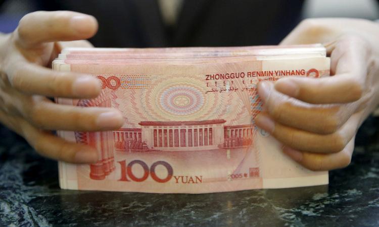 Cọc tiền được kiểm kê tại một chi nhánh ngân hàng ở Bắc Kinh. Ảnh: Reuters.