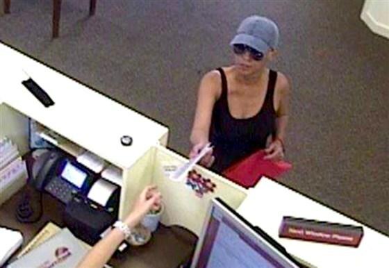 Circe Baez mang theo chiếc túi xách hồng trong ít nhất hai lần cướp ngân hàng. Ảnh: Ayden Police Department.