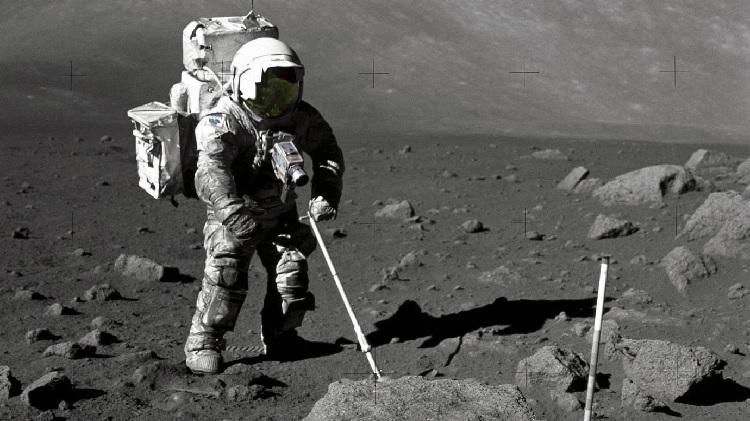 Các hạt bụi Mặt trăng được lấy từ găng tay phi hành gia trong nhiệm vụ của Apollo. Ảnh : Chicago News)