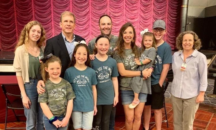 Đại sứ Mỹ tại Campuchia W. Patrick Murphy chụp ảnh cùng gia đình Hampton trên du thuyền MS Westerdam. Ảnh: Twitter/Ambassador W. Patrick Murphy.