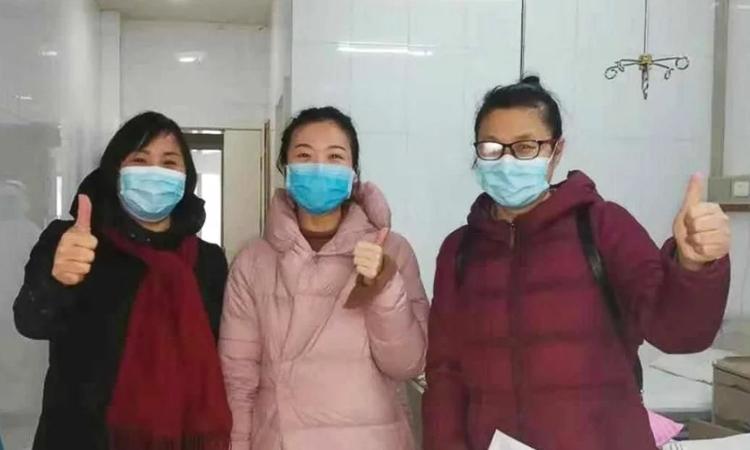Feng Chuncui cùng hai bệnh nhân nhiễm nCoV tại Hiếu Cảm, Hồ Bắc. Ảnh: SCMP.
