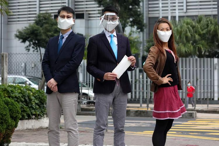 Nhóm nghiên cứu của Đại học Hong Kong sử dụng khẩu trang tự chế.Ảnh: Xiaomei Chen/SCMP