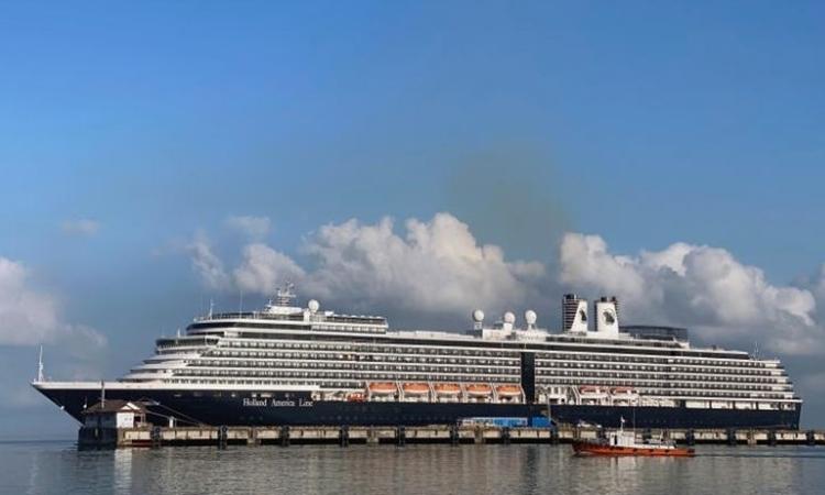 Du thuyền MS Westerdam tại cảng của Campuchia ngày 16/2. Ảnh: Reuters.