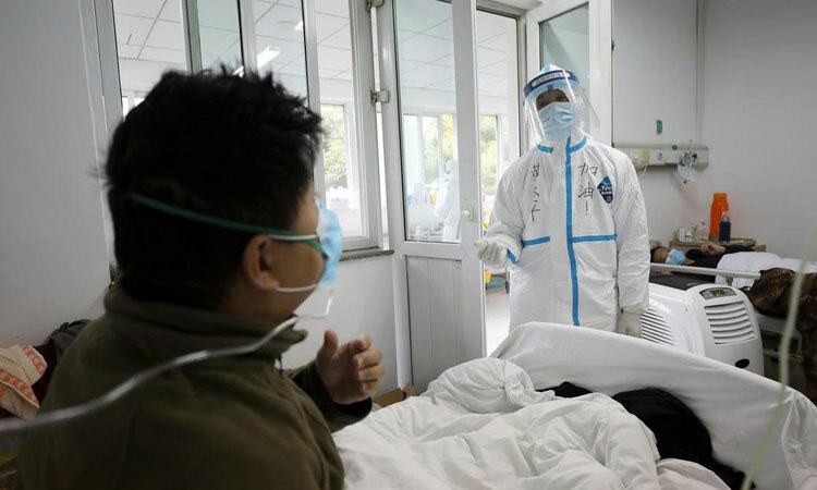 Bác sĩ chăm sóc bệnh nhân nhiễm nCoV trong phòng cách ly kín người tại bệnh viện ở Vũ Hán, tỉnh Hồ Bắc hồi đầu tháng 2. Ảnh: AP.