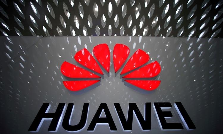 Logo của Huawei tại sân bay Thâm Quyến, Trung Quốc hồi tháng 7/2019. Ảnh: Reuters.