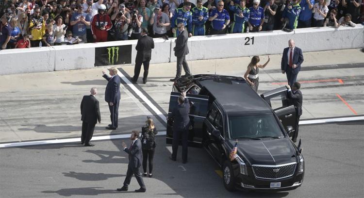 Tổng thống Trump và vợ đứng cạnh chiếc The Beast, vẫy chào khán giả tại đường đua Daytona 500. Ảnh: AP