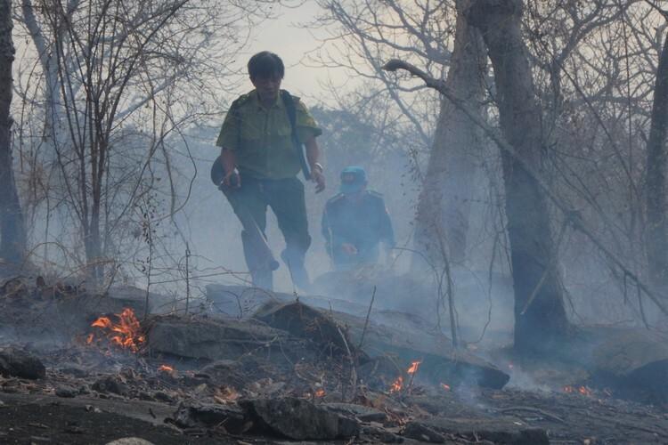 Lực lượng  bảo vệ rừng phải leo lên núi Tà Cú ngăn lửa. Ảnh: Việt Quốc