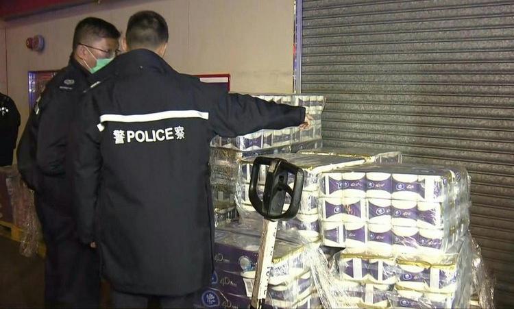 Cảnh sát khám nghiệm hiện trường cướp giấy vệ sinh sáng 17/2. Ảnh: IBTimes.