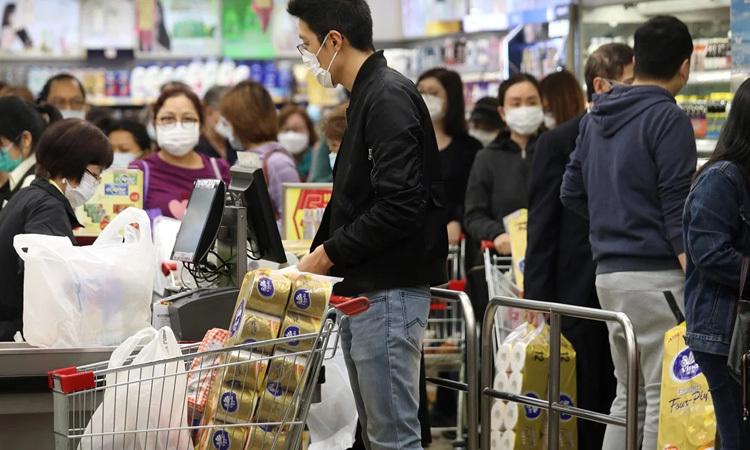 Người dân Hong Kong xếp hàng mua giấy vệ sinh tại một siêu thị hôm 7/2. Ảnh: SCMP.