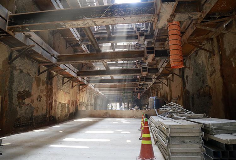 Tường vây giữa 2 đoạn ngầm được phá dở giúp Metro Số 1 được thông suốt toàn tuyến. Ảnh: Hữu Công