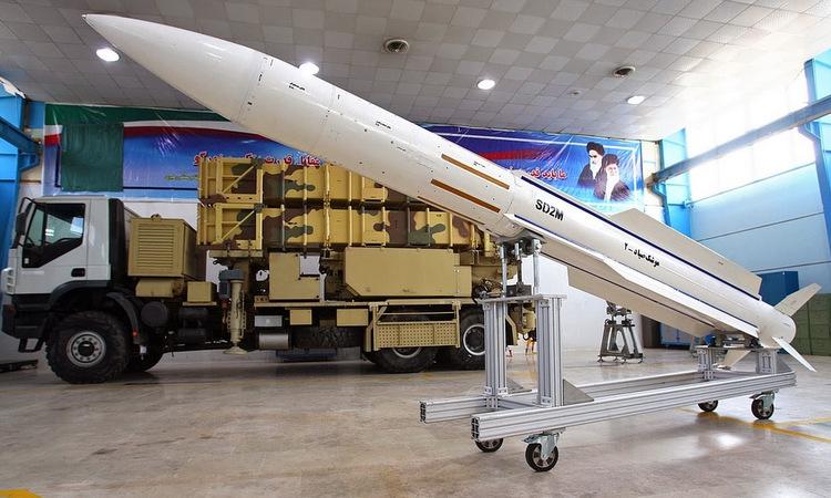 Tên lửa Sayyad-2 và bệ phóng được Iran ra mắt năm 2015. Ảnh: IRNA.