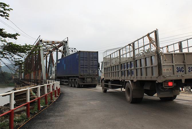 Nhiều xe tải, container nối đuôi nhau qua cầu. Ảnh: Anh Duy.