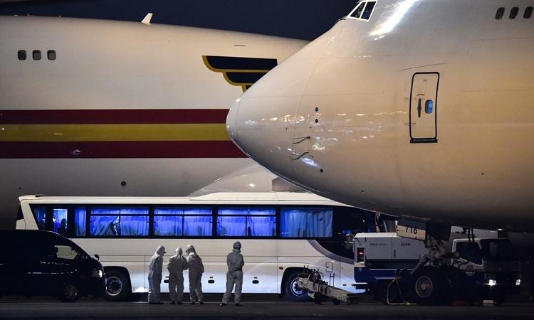 Máy bay của chính phủ Mỹ chờ tại sân bay Haneda ở Tokyo để đưa công dân vừa sơ tán khỏi tàu Diamond Princess về nước. Ảnh: AFP.