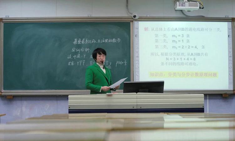 Một giáo viên giảng bài trực tuyến tại lớp học ở Thiệu Dương, tỉnh Hồ Nam, Trung Quốc. Ảnh: Reuters.