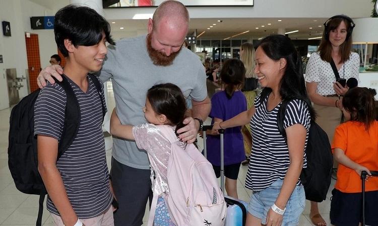 Một gia đình đoàn tụ tài sân bay Perth, Australia tối hôm qua. Ảnh: AP.