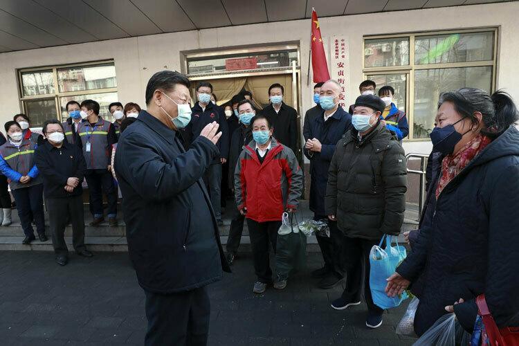 Ông Tập (trái, hàng trước) trò chuyện với người dân Triều Dương ở Bắc Kinh hôm 10/1. Ảnh: Xinhua.