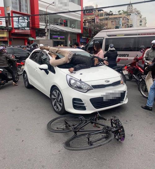 Người đàn ông leo lên ô tô nằm sau va chạm.