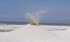 'Núi lửa băng' phun trào ven hồ nước