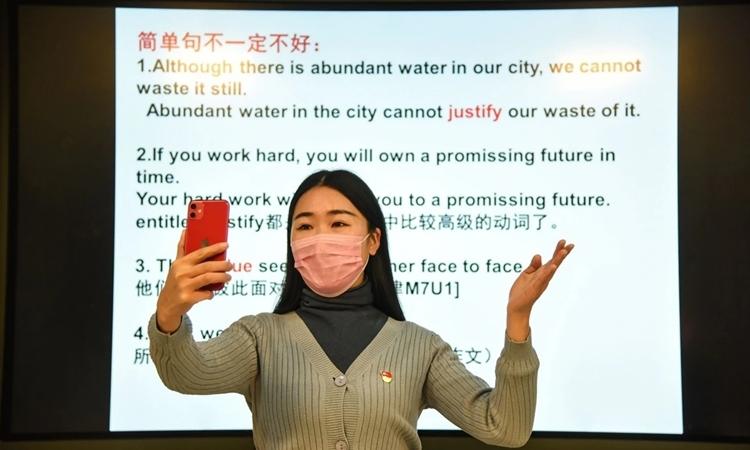 Giáo viên giảng bài qua điện thoại ở Giang Tô ngày 17/2. Ảnh: AFP.