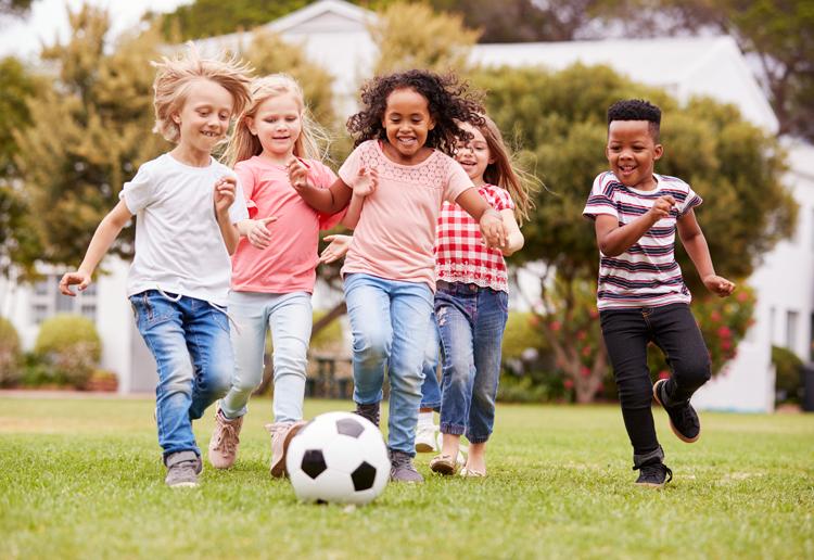 Học sinh Mỹ chơi bóng ở công viên. Ảnh: Shutterstock.