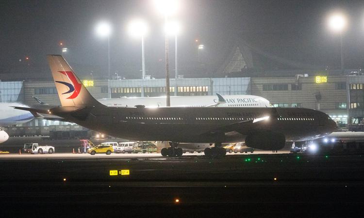 Chuyến bay đón 200 người từ Vũ Hán, tỉnh hồ Bắc về tới sân bay quốc tế Đào Viên, Đài Loan tối 3/2. Ảnh: Focus Taiwan.