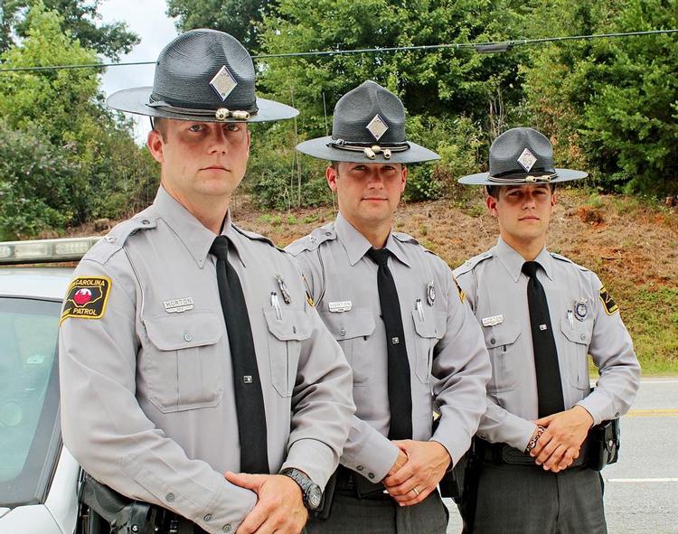 Chiếc mũ của cảnh sát tiểu bang North Carolina được gắn hai quả sồi trang trí. Ảnh: Daily Courier, Alyssa Mulliger/AP..