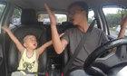 Hai bố con gây sốt khi song ca trên ôtô