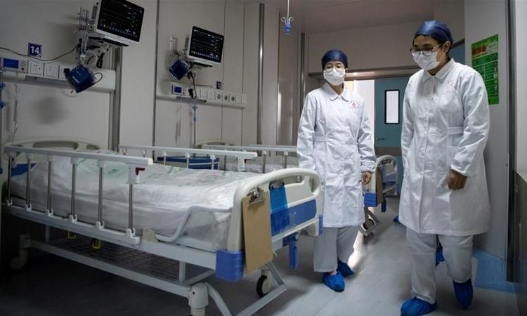 Y tá tại một phòng cách ly cho bệnh nhân nhiễm nCoV ở Thượng Hải ngày 17/2. Ảnh: Reuters.