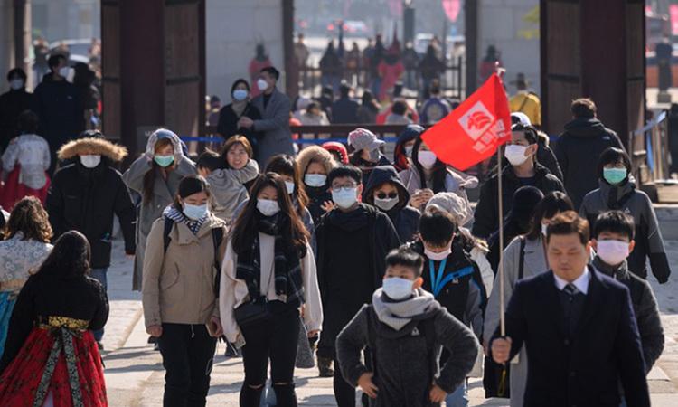 Du khách đeo khẩu trang khi tham quan cung Gyeongbokgung ở thủ đô Seoul, Hàn Quốc hôm 10/2. Ảnh: AFP.