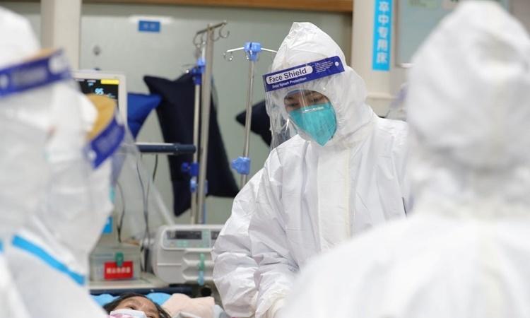 Các nhân viên y tế tại một bệnh viện ở Vũ Hán. Ảnh: Reuters.