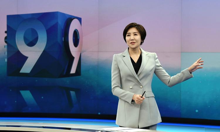 Lee So-jeong dẫn bản tin thời sự lúc 9h tối của đài KBS hôm 6/2. Ảnh: AFP.
