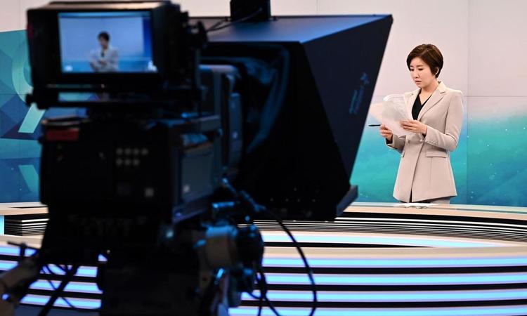 Lee So-jeong đọc lại lời dẫn cho bản tin thời sự 9h tối tại trường quay đài KBS ở Seoul hôm 6/2. Ảnh: AFP.