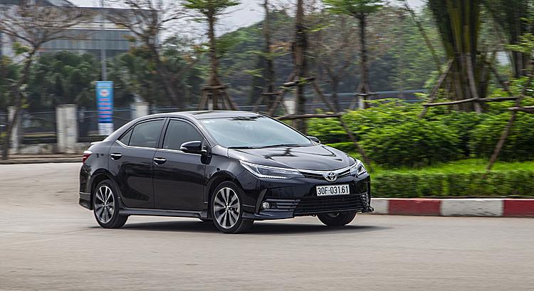 Toyota Altis lăn bánh trên một tuyến phố ở Hà Nội. Ảnh: Toyota