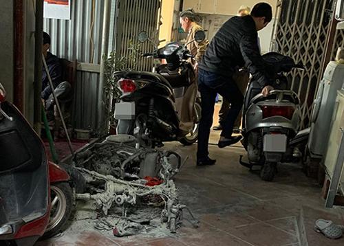 Chiếc xe máy bị Bình đốt cháy rụi. Ảnh: Nguyễn Hiệp.