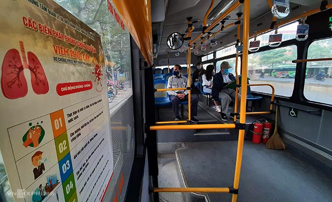 Xe buýt có sức chứa 60 chỗ ngồi chạy từ Mỹ Đình đi Mai Động ngày 19/2 trong tình trạng vắng khách. Ảnh: Phương Sơn