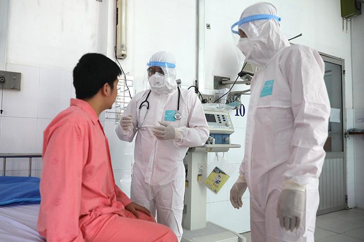 Bác sĩ điều trị cho bệnh nhân ở khu cách ly Bệnh viện Chợ Rẫy. Ảnh: Hữu Khoa.