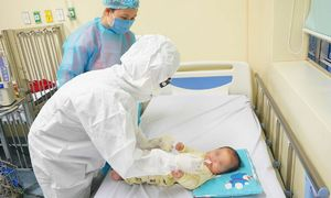 Bé nhỏ tuổi nhất nhiễm nCoV được điều trị thế nào?