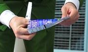 Thu giữ 300 thẻ đeo 'diệt virus'